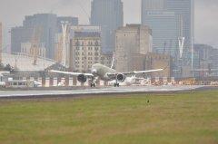 <b>加拿大交通部和欧洲航空安全局向庞巴迪CS100飞机颁发大角度进场认证</b>