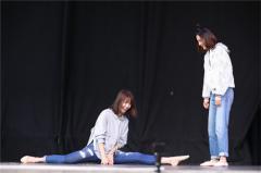 """<b>张歆艺反串""""宝玉"""" 金晨赤脚跳舞演绎《红楼梦》</b>"""