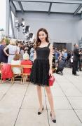孙心娅亮相2019春夏纽约时装周,黑色礼服裙尽显好身材